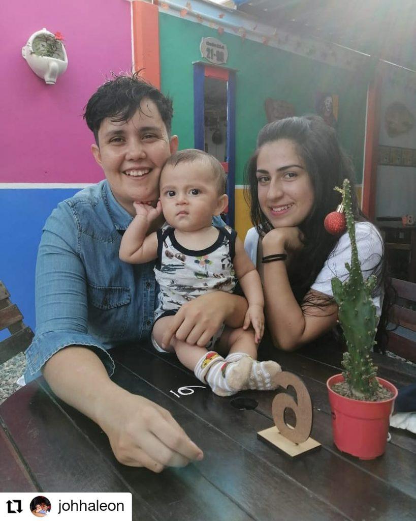 foto de dos mujeres y un bebe