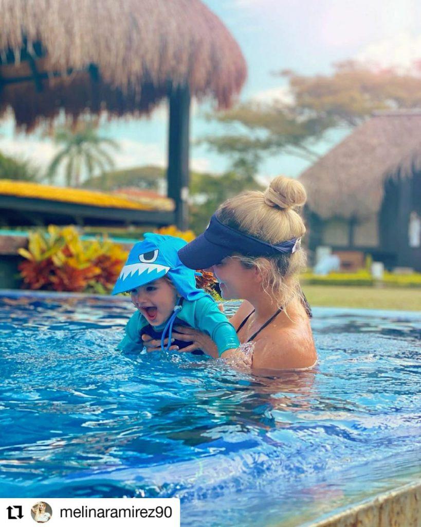 foto de mujer con un niño en una piscina