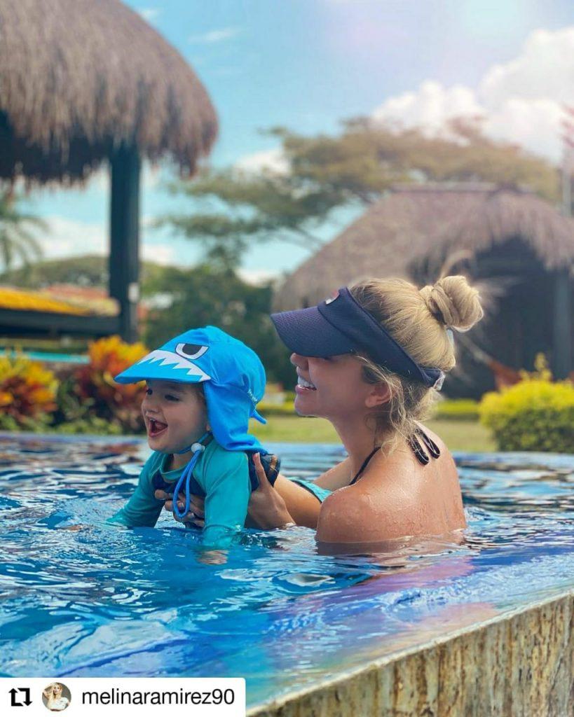 foto de una mujer con un niño en una piscina