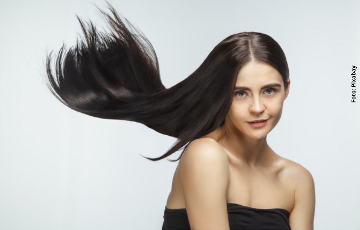 foto de mujer con cabello liso, negro y largo