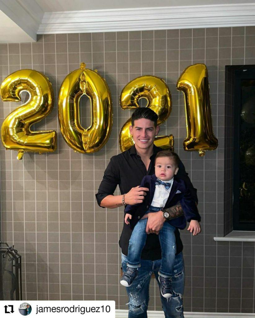 foto de un hombre con un bebé sonriendo