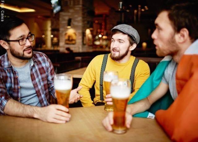 Foto de unos amigos tomando cerveza