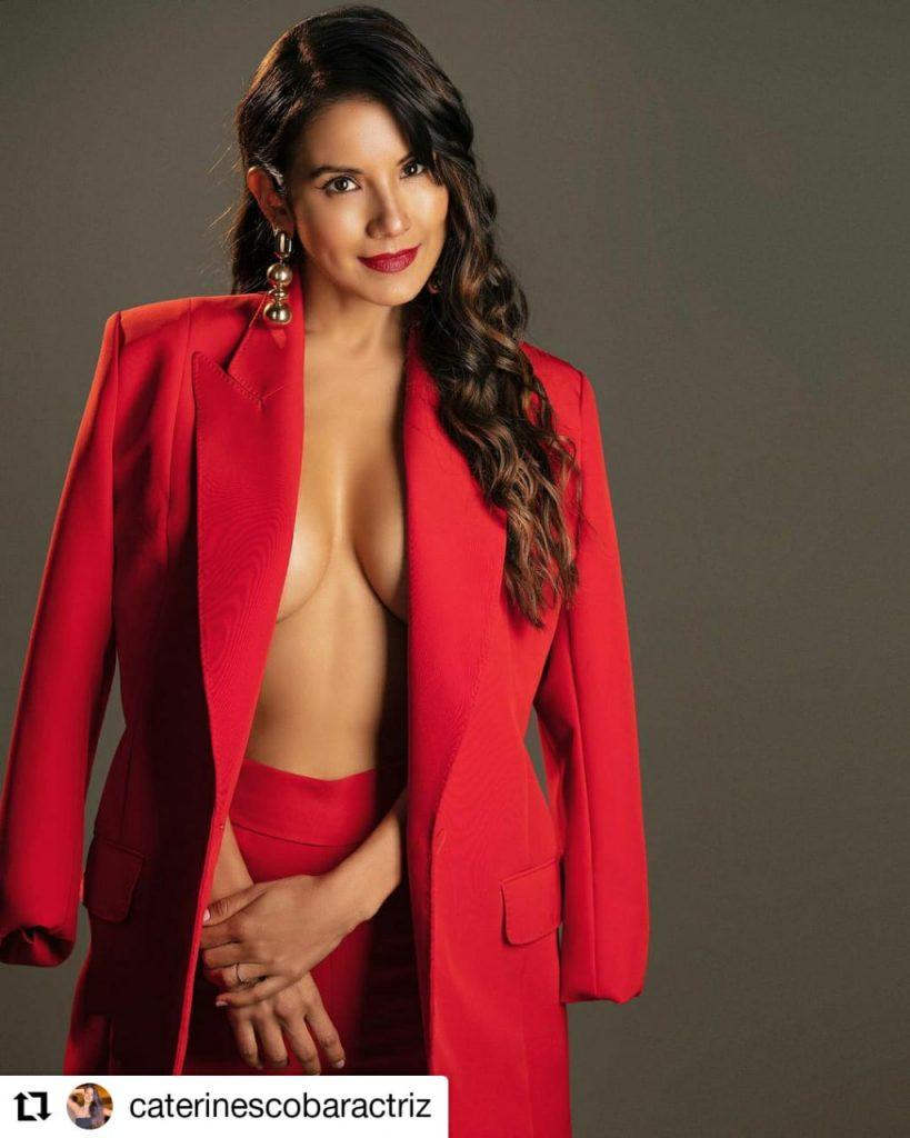 foto de mujer usando gabán rojo y sin sostén