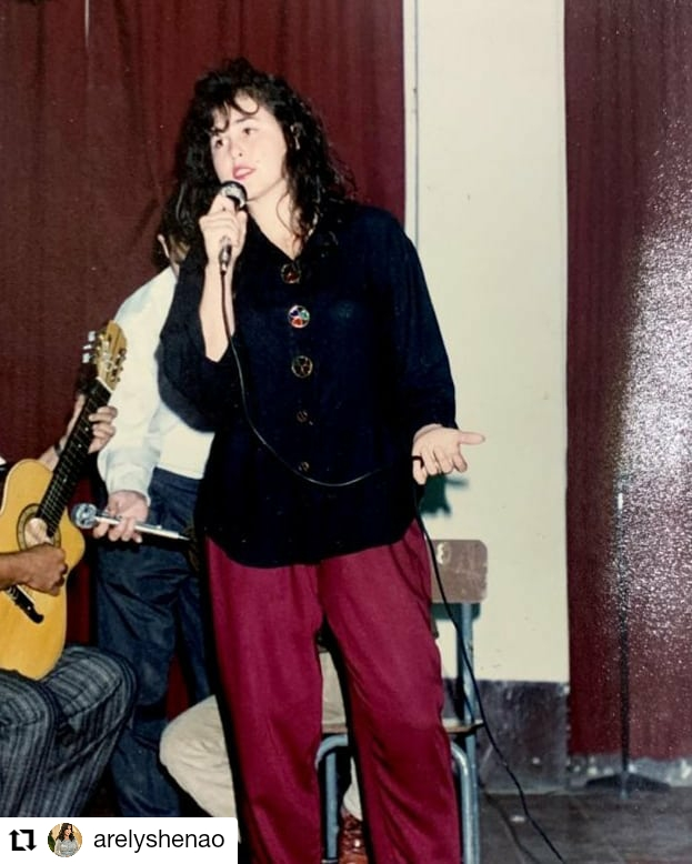 foto de mujer cantando