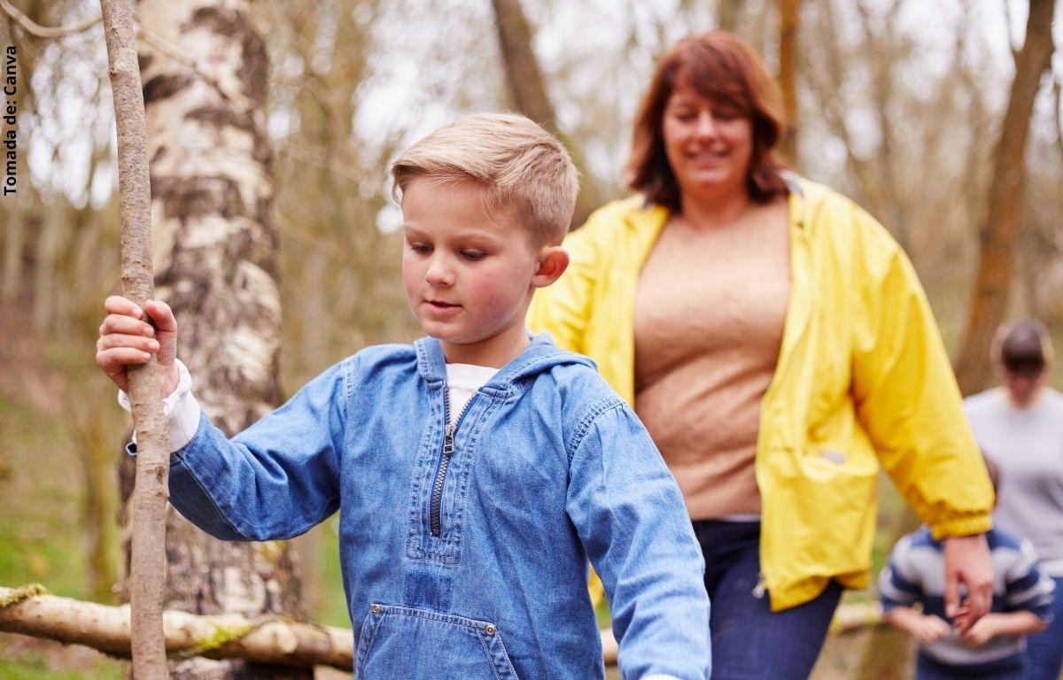 foto de una mujer y niño en el campo
