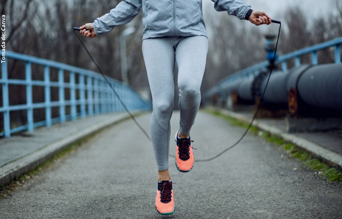 foto de una persona saltando lazo