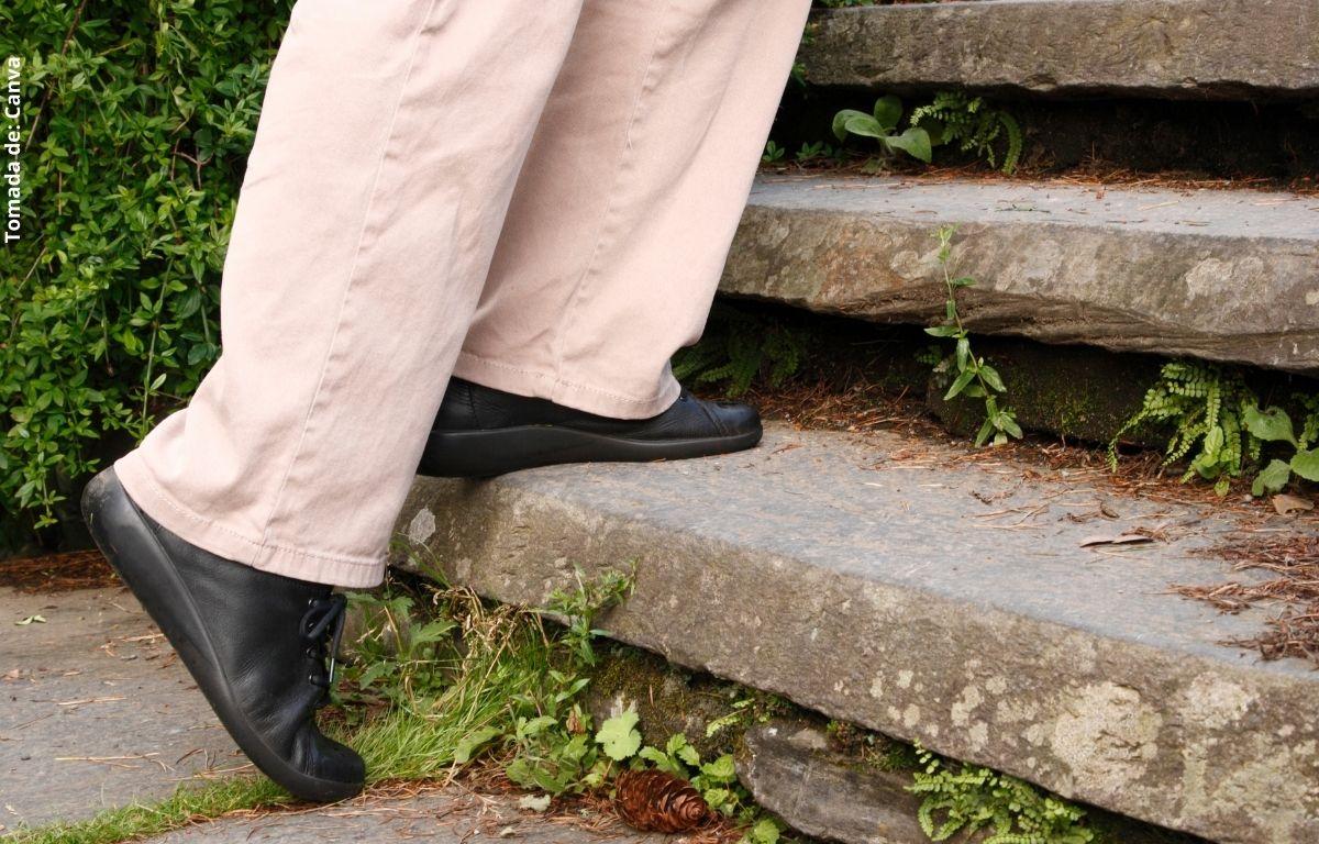 foto de unos pies en una escalera