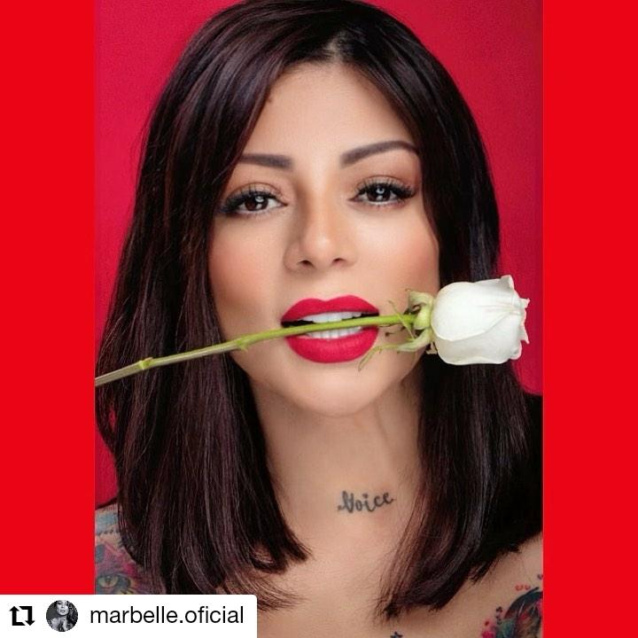 foto de mujer con una rosa en la boca