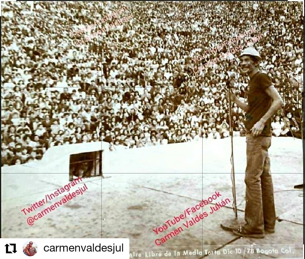foto de un hombre frente a una multitud