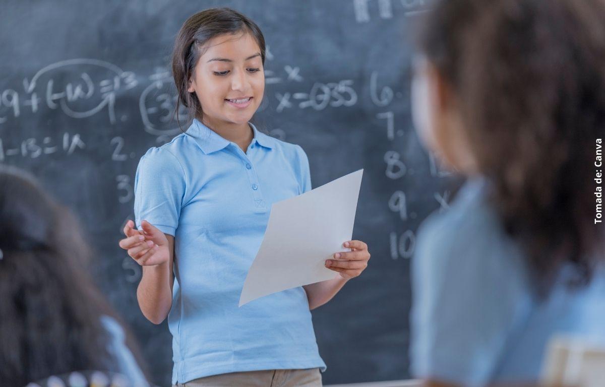 Niña da clases a sus vecinos tras el cierre de escuelas por pandemia