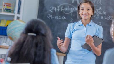 foto de una niña dando clases