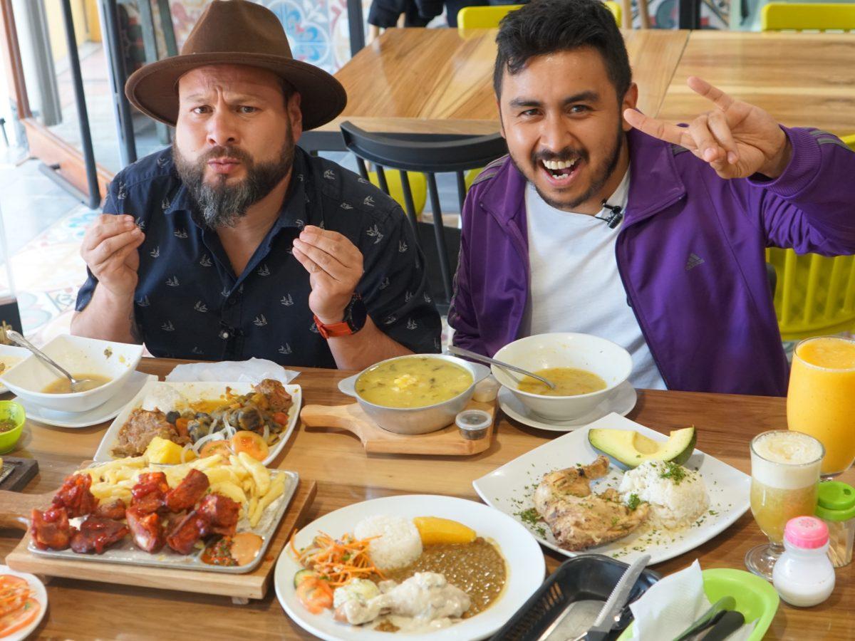Foto de Los Insaciables con muchos platos de comida en su mesa