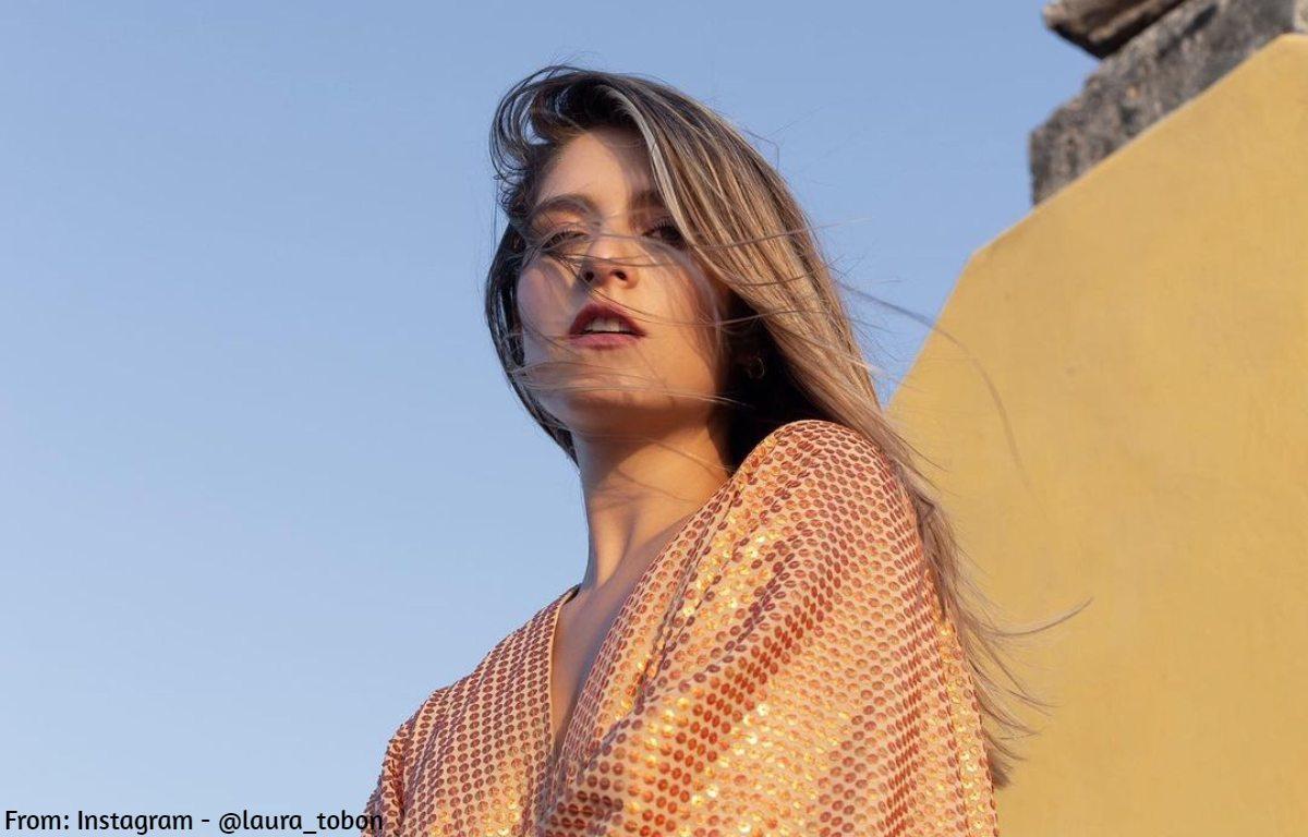 Laura Tobón invita a mover el derrier en bragas y sin sujetador