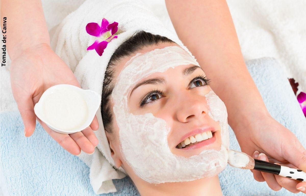 foto de mujer con una mascarilla en el rostro