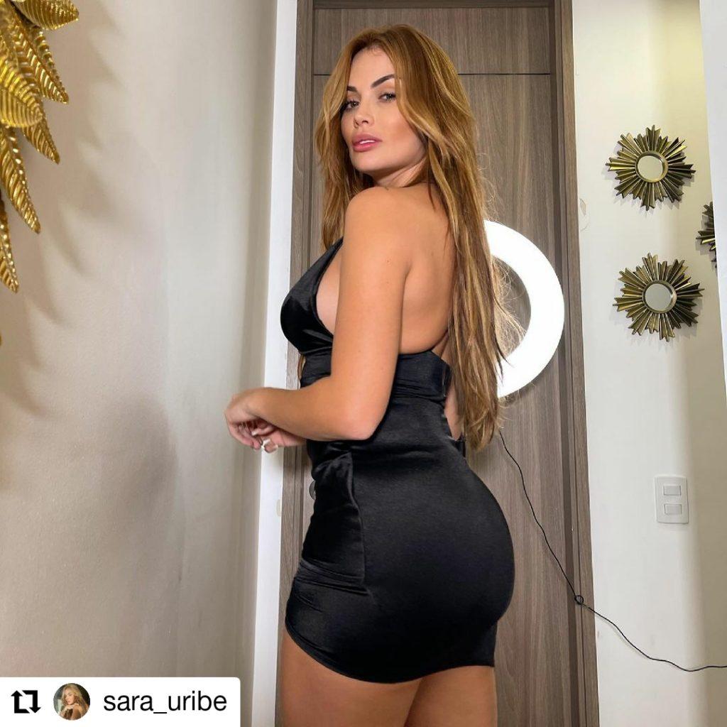 foto de mujer con vestido negro