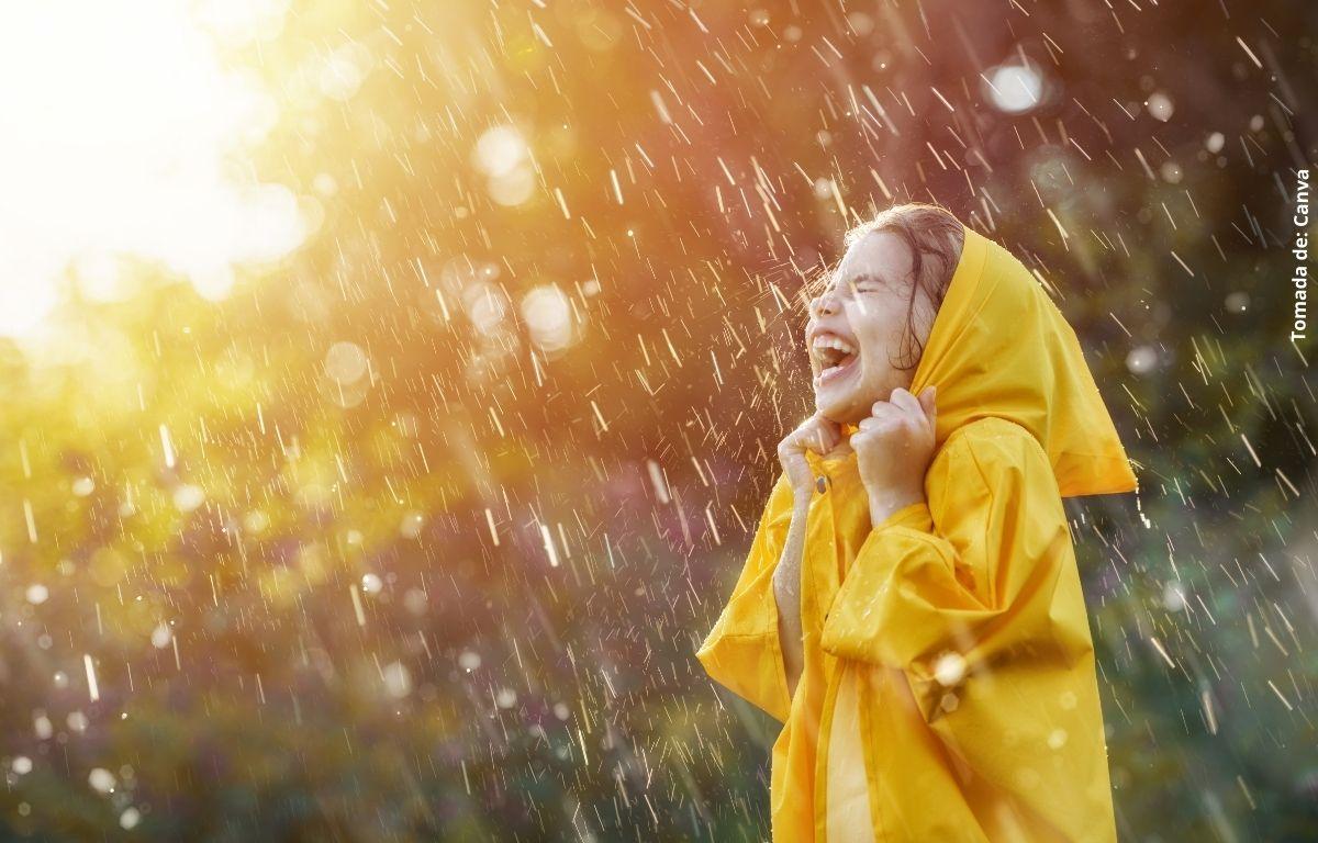 foto de niña bajo la lluvia