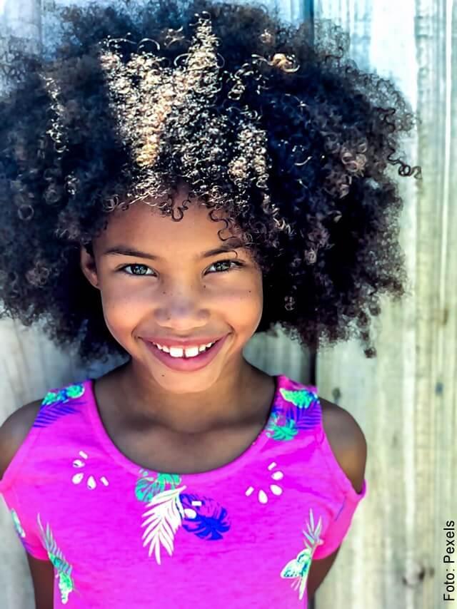 foto de niña con cabello rizado