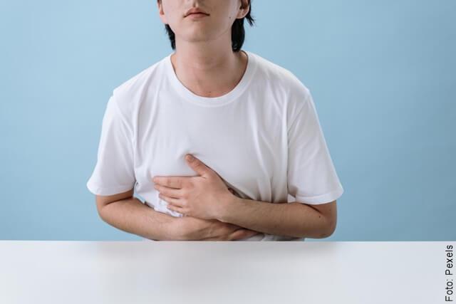 foto de un hombre con dolor de estómago