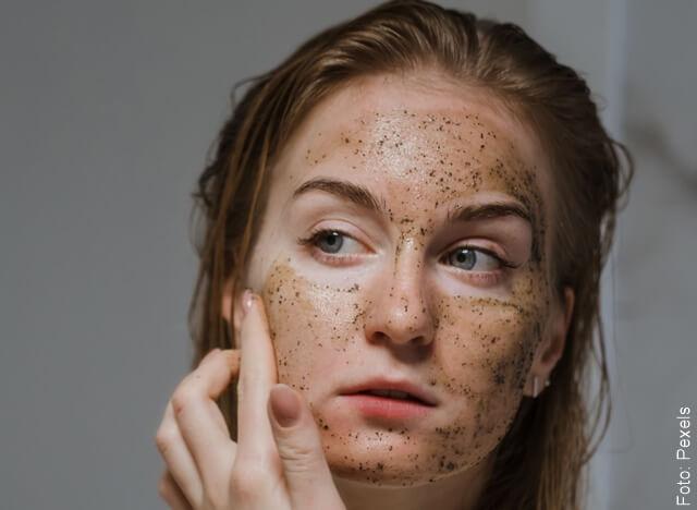 foto de mujer aplicándose mascarilla de café