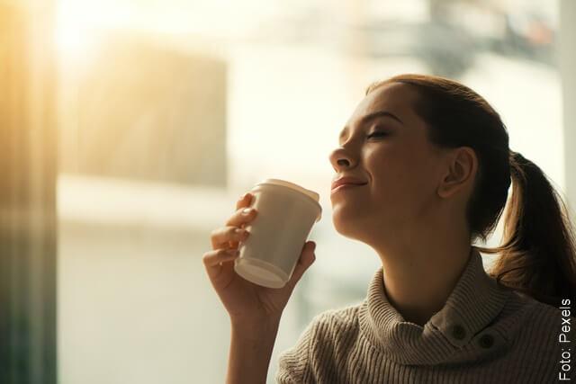 foto de mujer tomado café