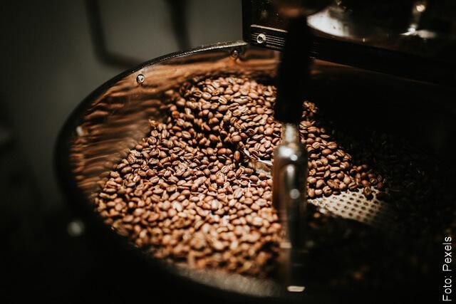 foto moliendo café