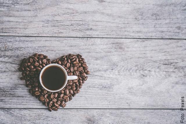 foto de una taza de café con granos