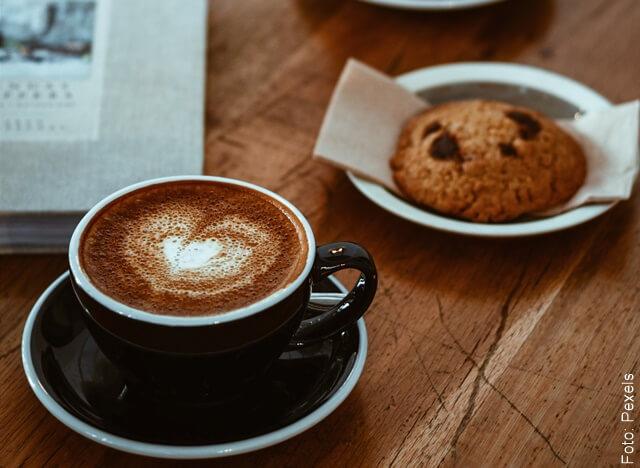 foto de café con galletas