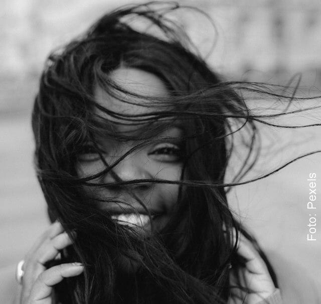 foto de mujer con cabello sano por aplicarle hierbabuena