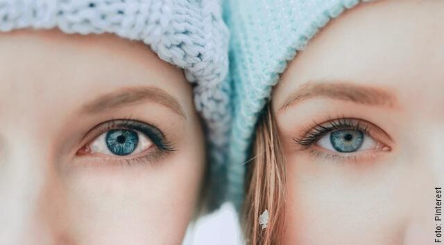 foto de dos mujeres con ojos sanos por comer uchuva