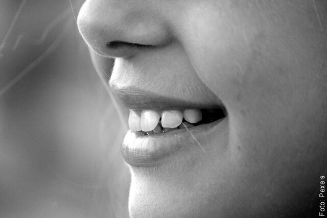 foto de una sonrisa de mujer