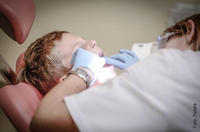 foto de un niño en el odontólogo