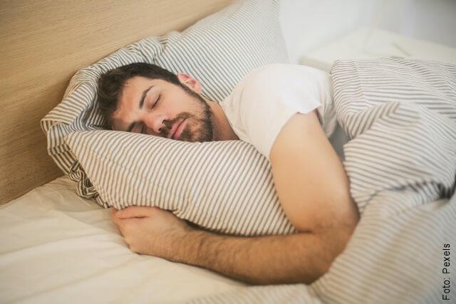 foto de un hombre soñando que se le caen los dientes