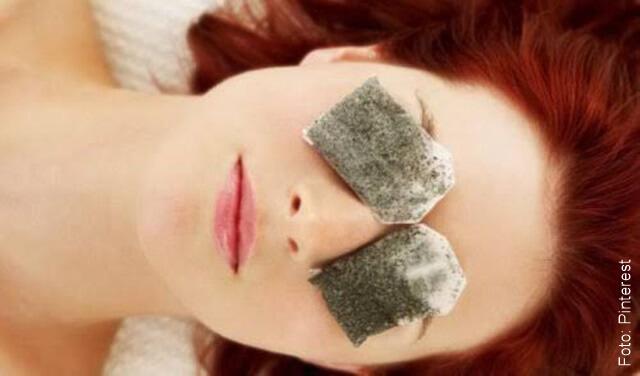 foto de mujer con bolsas de te en los ojos para las ojeras