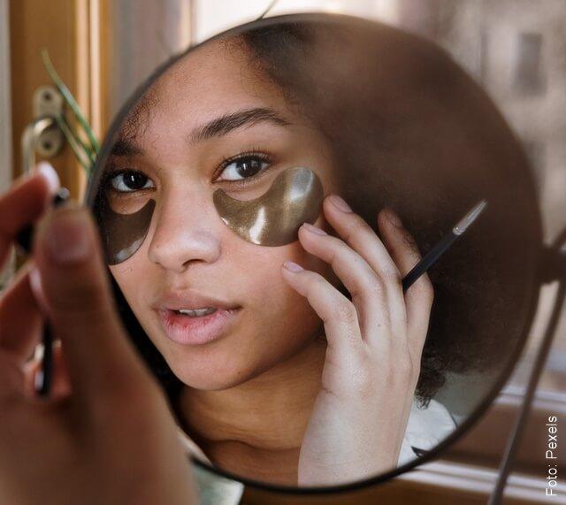 foto de mujer tratándose las ojeras