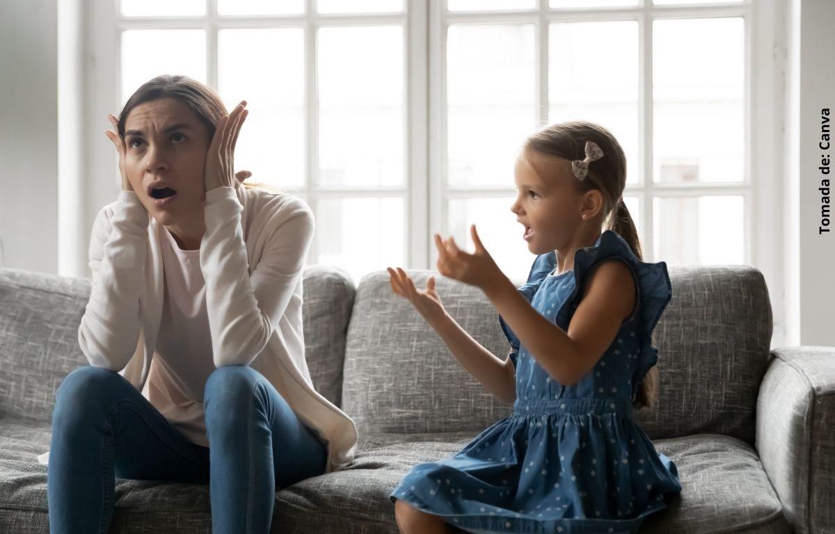 foto de mujer ignorando a una niña