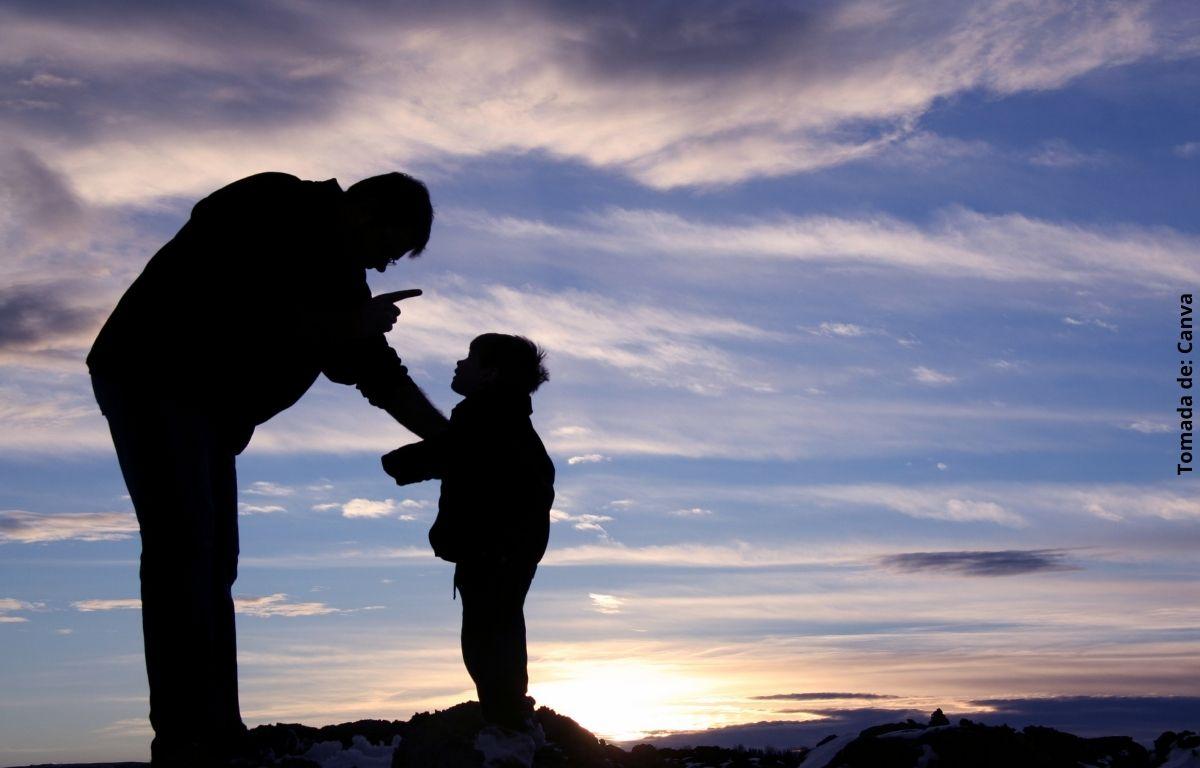 foto de hombre regañando a un niño