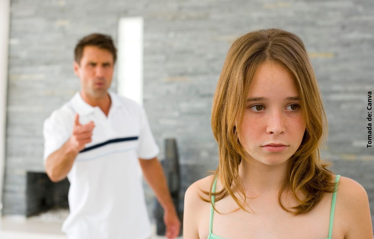 foto de hombre regañando a una niña