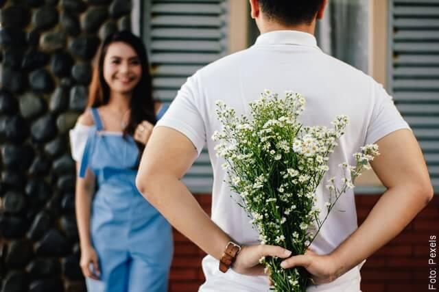 foto de hombre con flores para su novia