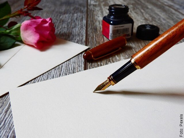 foto de una pluma para escribir cartas