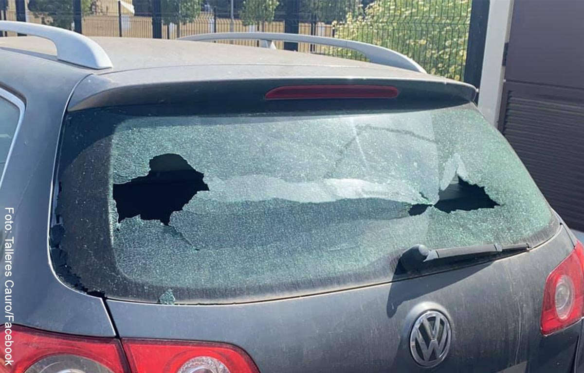 Niño rompió el vidrio de un carro y dejó particular nota de disculpas