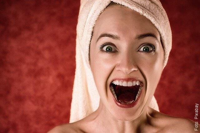 foto de mujer con la boca abierta