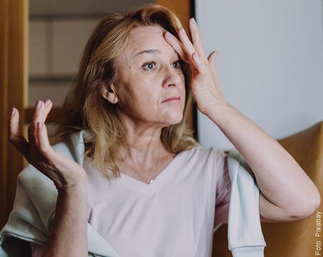 mujer limpiándose la cara con bicarbonato