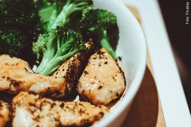 foto de brócoli cocinado con pollo