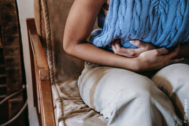 foto de mujer con dolor de estómago
