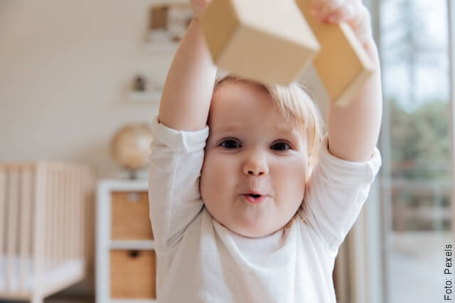 foto de un bebé alzando los brazos