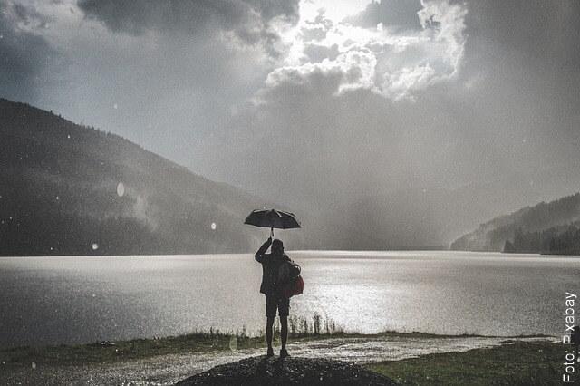 foto de lluvia con sol en una persona