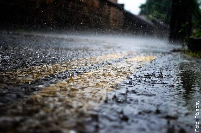 foto de lluvia cayendo en la calle