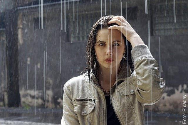 foto de mujer mojándose con la lluvia