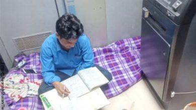 Vigilante que estudia dentro de un cajero automático, enternece en redes