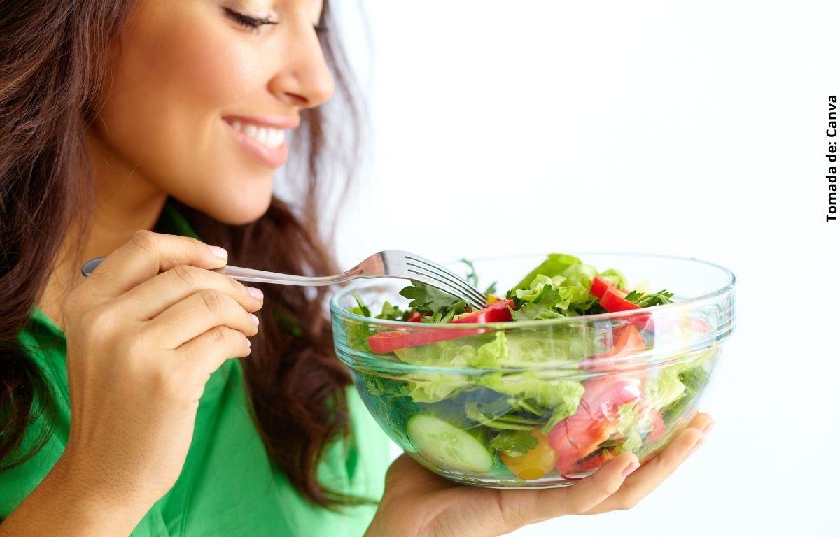 foto de mujer con ensalada
